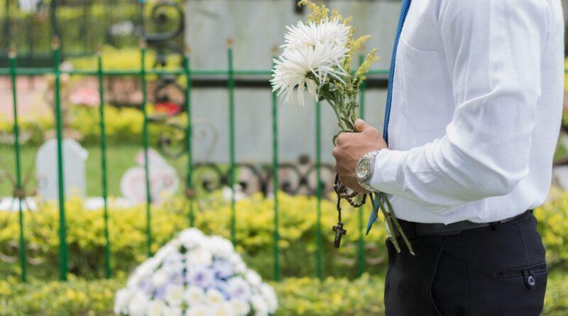 Gela cimitero fiori tomba