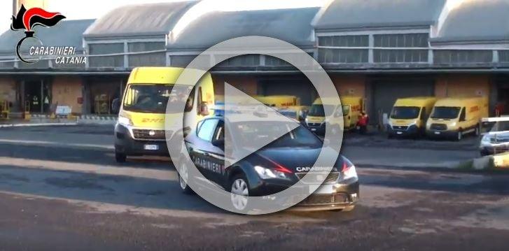 Vaccino Catania live partenza furgone DHL con carabinieri