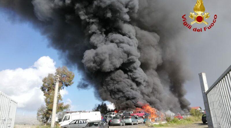 Incendio centro autodemolizioni Mineo