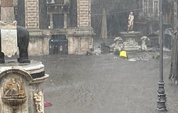 Piazza duomo allagata Catania